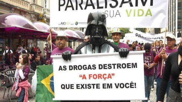 Участник манифестации против наркотиков в бразильском городе Куритиба