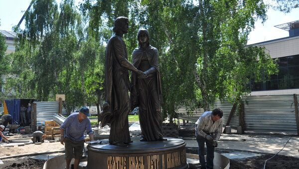 памятник святым Петру и Февронии в Омске