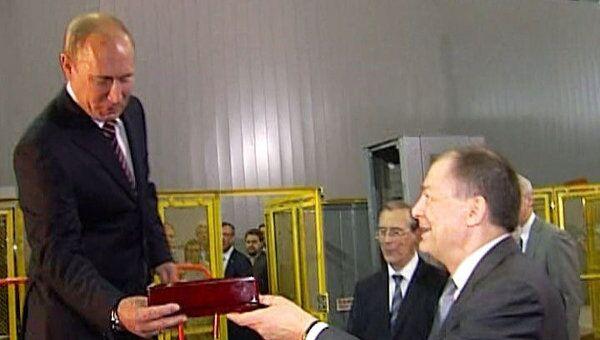 Путину в Дубне рассказали, как с помощью золота можно изучать Вселенную