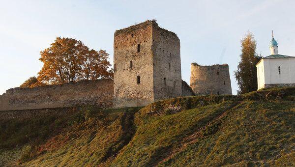 Талавская башня (слева) и башня Вышка соседствуют с Корсунской часовней