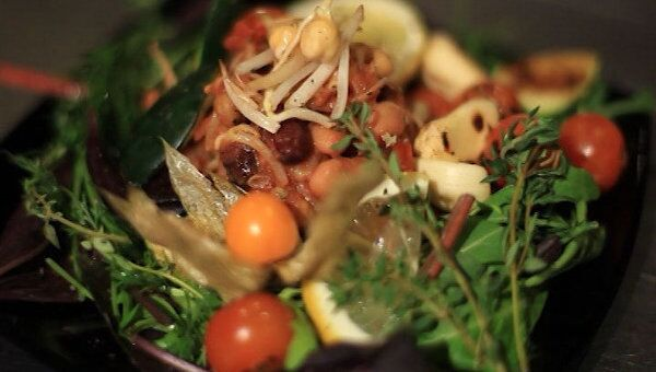 Теплый салат с фасолью. Видеорецепт