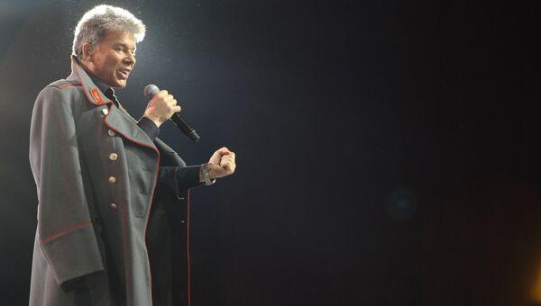 Певец Олег Газманов во время исполнения песни «Господа офицеры». Архивное фото