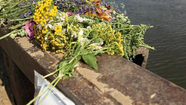 Цветы, принесенные жителями поселка Затон