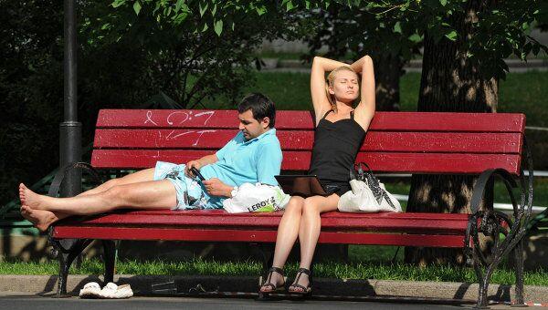 Отдых горожан на Манежной площади в Москве. Архив