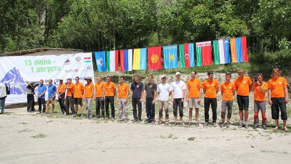 Участники чемпионатов СНГ и РФ по альпинизму, север Таджикистана, поселок Замин-Карор
