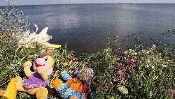 Цветы, игрушки, принесенные на пристань в поселке Затон имени Куйбышева местными жителями в память о погибших на теплоходе Булгария