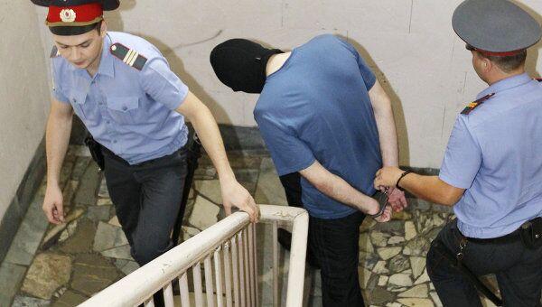 Сотрудники правоохранительных органов сопровождают одного из фигурантов дела о взрыве в аэропорту Домодедово