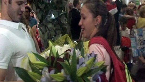 Российских синхронисток засыпали цветами в Шереметьево