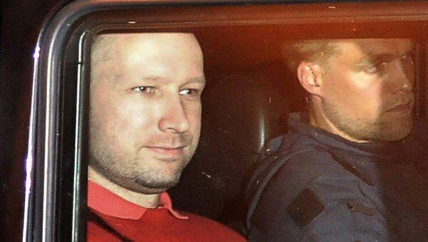 Подозреваемый в организации двойного теракта в Норвегии Андерс Брейвик покидает здание суда в Осло