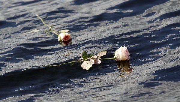 Цветы на воде в память о погибших в двух терактах на острове Утейа