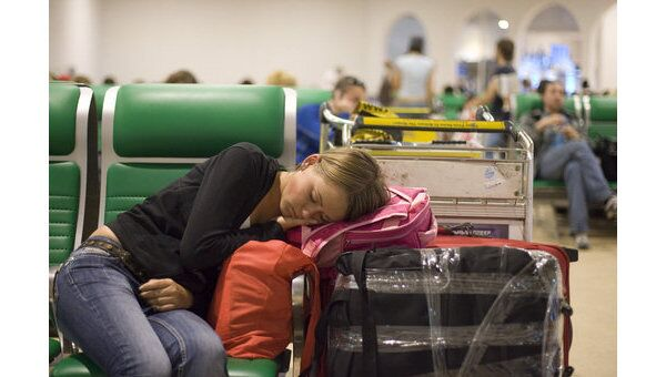 Пассажиры в зале ожидания аэропорта