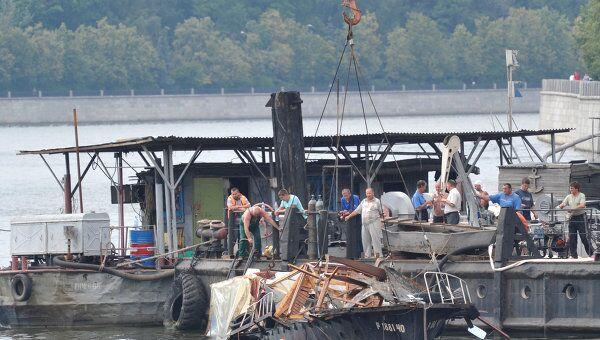 Работы по подъему катера, затонувшего в ночь на 31 июля в Москве-реке