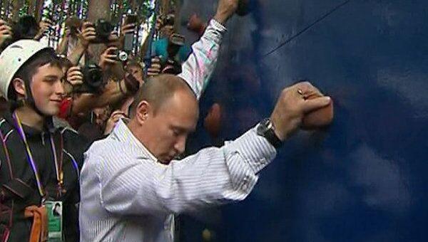 Путин на Селигере взобрался на скалодром без страховки