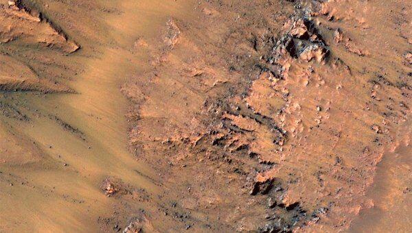 Серия снимков края кратера Ньютона, на которых видно, как «стекают» темные «ручьи»