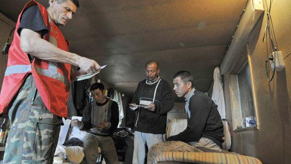 Сотрудники Федеральной миграционной службы проверяют документы у иностранных рабочих. Архив