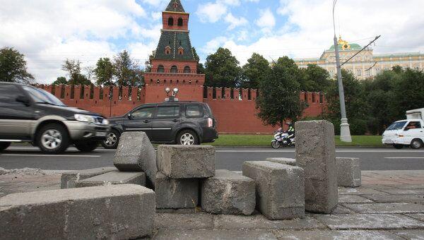 На Кремлевской набережной в Москве перекладывают плитку