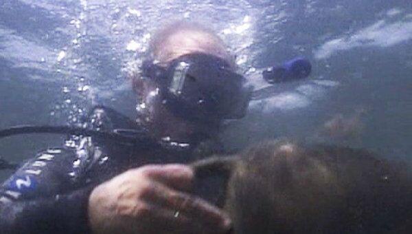 Путин погрузился под воду с аквалангом и нашел древние амфоры