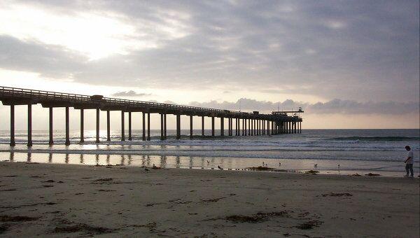 Пирс на побережье Калифорнии. Архивное фото.