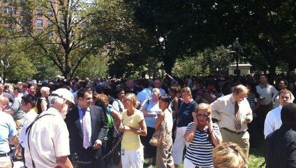Люди на улицах Вашингтона после землетрясения