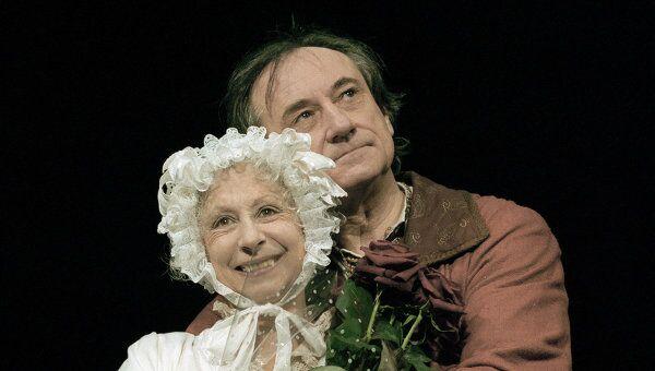 Актеры Лия Ахеджакова и Богдан Ступка в спектакле Валерия Фокина Старосветская любовь