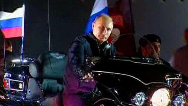 Путин приехал на слет байкеров на мотоцикле под гимн Ночных волков