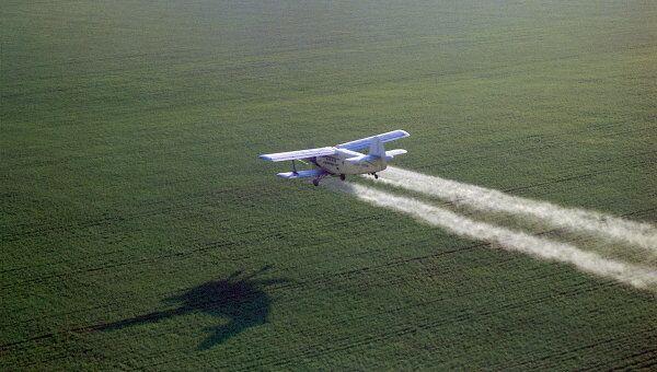 Распыление удобрений с самолета, архивное фото