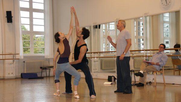 Диана Вишнева и Тиаго Бордин (передний план), балетмейстер Джон Ноймайер и Кевин Хайген (ассистент)