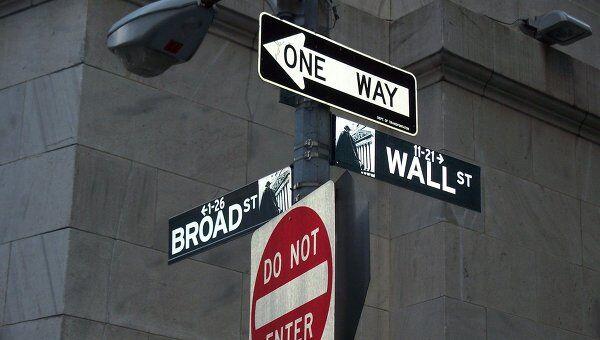 Знак STOP у здания Нью-Йоркской фондовой биржи на Уолл-стрит. Архивное фото