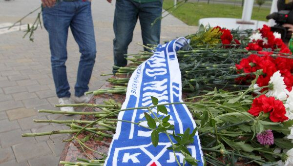 Жители Минска несут цветы и зажженные свечи к Минск-Арене