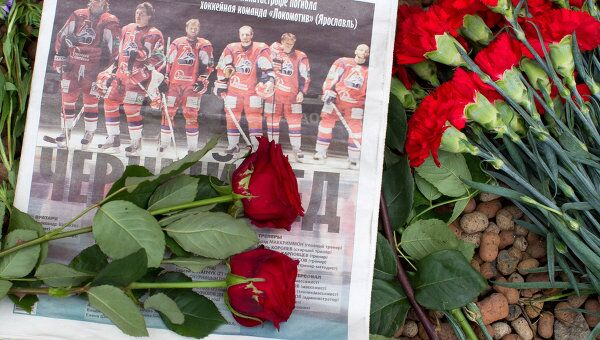 Возложение цветов к посольству Чехии в память о погибших хоккеистах ярославского Локомотива