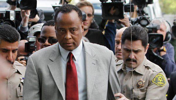 Личный врач Майкла Джексона, кардиолог Конрад Мюррей у здания суда