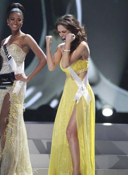 Мисс Вселенная 2001 Лейла Лопес (слева) и вторая вице-мисс Присцилла Макадо