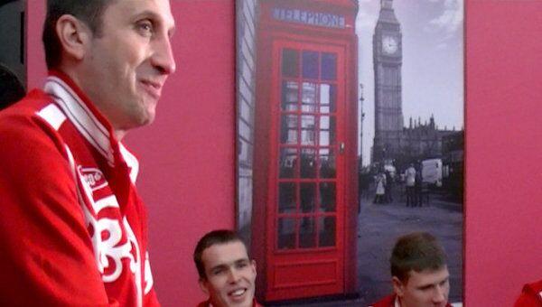 Дэвид Блатт, принимая от болельщиков торт-мяч, благодарил их по-русски
