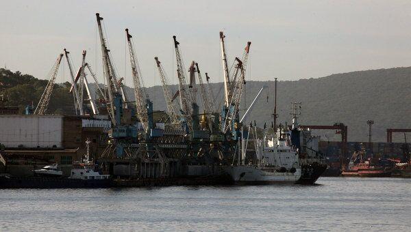 Порт в бухте Золотой Рог в Владивостоке, где произошло столкновение катера и грузового судна