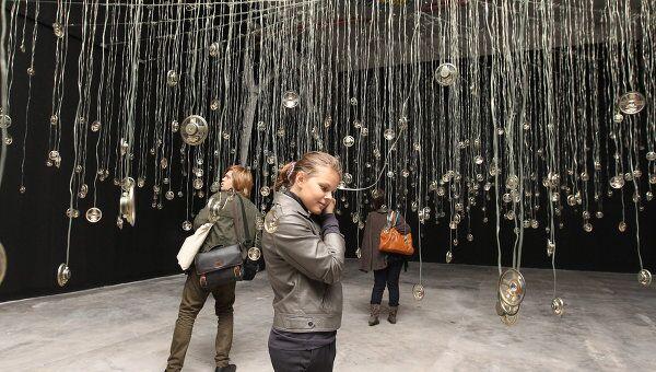 Инсталляция Сьюзан Хиллер Свидетель основного проекта Переписывая мры на 4-й Московской биеннале современного искусства