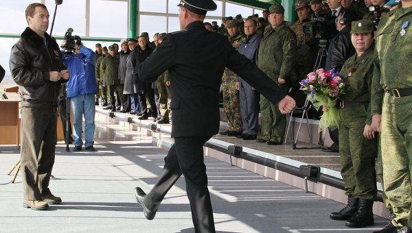Президент РФ Дмитрий Медведев (слева) на церемонии вручения государственных наград участникам стратегических военных учений Центр-2011