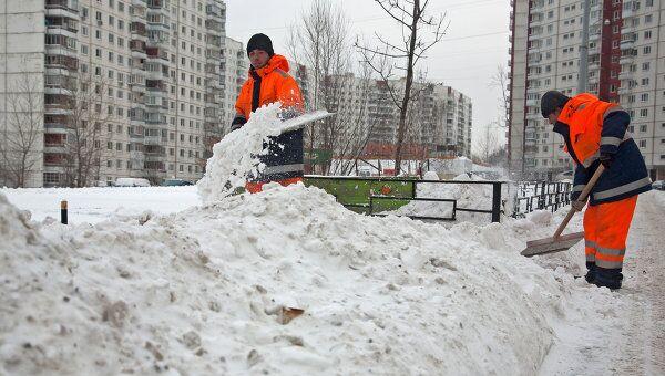 Дворники расчищают снег на одной из улиц Москвы. Архив