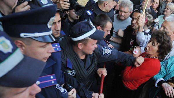 Сторонники Ю.Тимошенко прорывают кордон милиции у здания суда. Архив