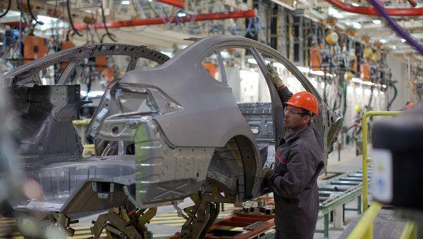На сборочном конвеере завода Nissan в России