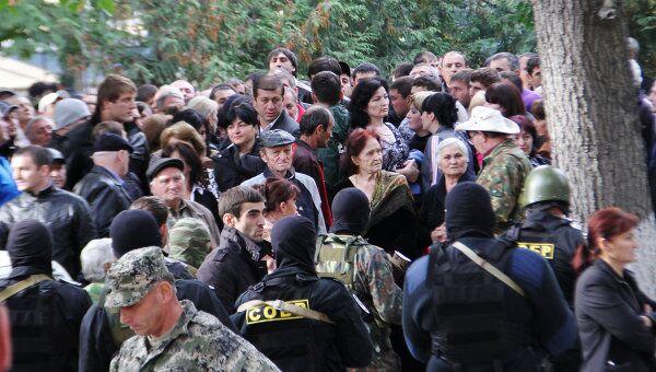 Сторонники Джамболата Тедеева у здания ЦИК РЮО в Цхинвали