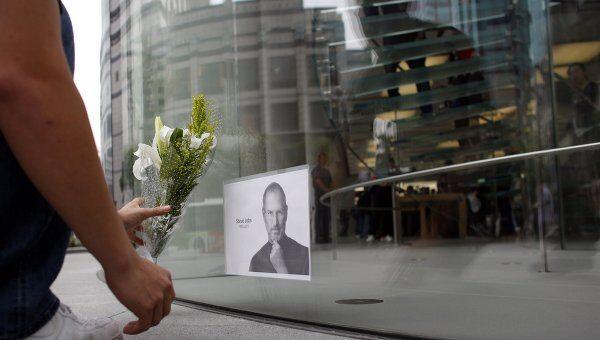 Люди несут цветы к магазину Apple в память о Стиве Джобсе