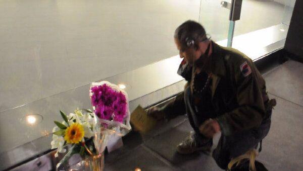 Нью-йоркцы несут цветы и зажигают свечи у магазинов компании Apple