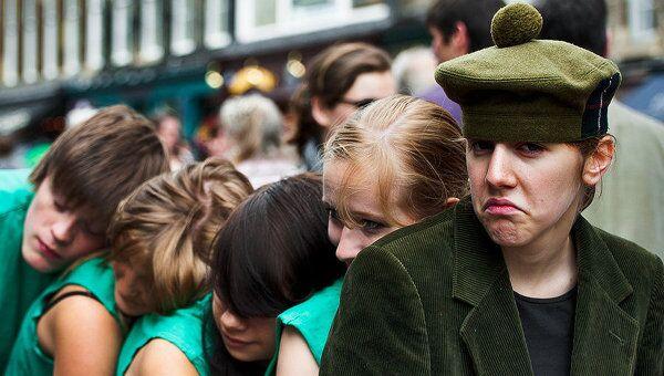 Участники уличного выступления в центре Эдинбурга