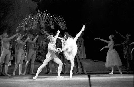 Сцена из балета П.И.Чайковского Щелкунчик. Солисты - Н.Сорокина и Ю.Владимиров
