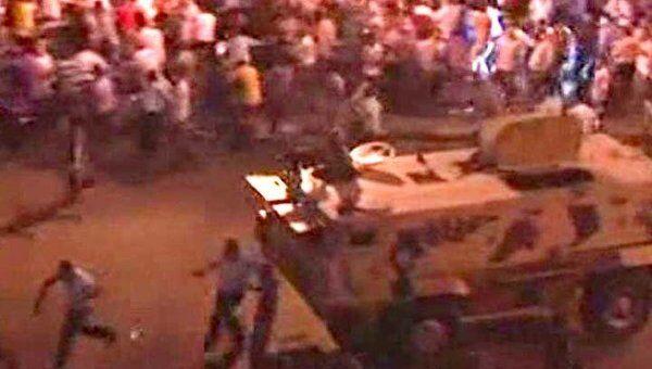 Бронетранспортер врезался в толпу демонстрантов в центре Каира