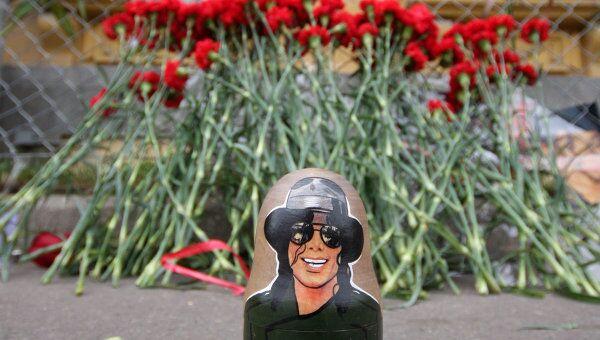 Портреты Майкла Джексона у посольства США. Архив