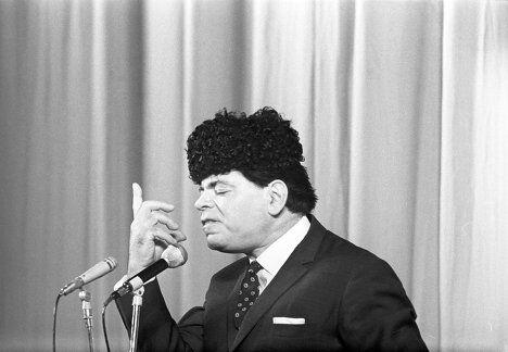 Артист Аркадий Райкин во время выступления