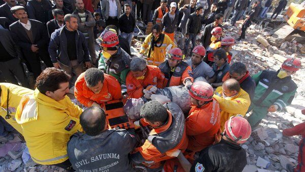 Поисково-спасательные работы на месте землетрясения в турецкой провинции Ван