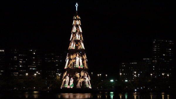 Сборка самой большой в мире плавучей рождественской ели из стальных конструкций началась в Рио-де-Жанейро. Архив