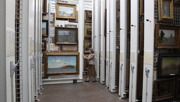 В депозитарии-хранилище произведений искусства. Архив